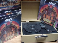 """Retro Suitcse Turntable with 16 LPs"" - Product Image"